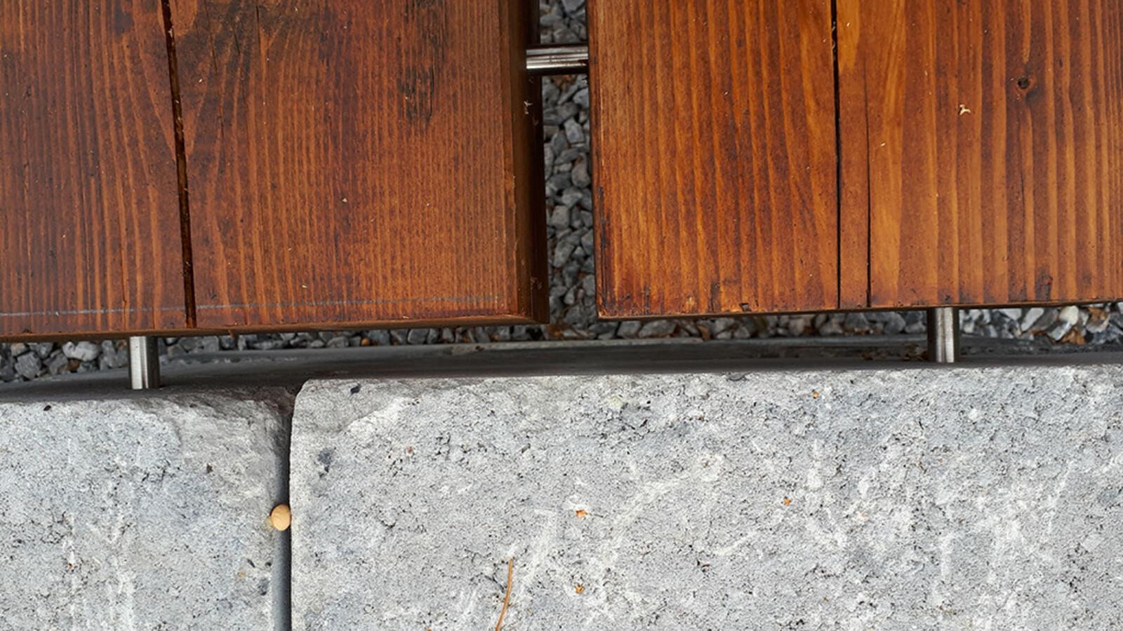 Edelstahlzapfen Verbindung Holz und Mauerstein