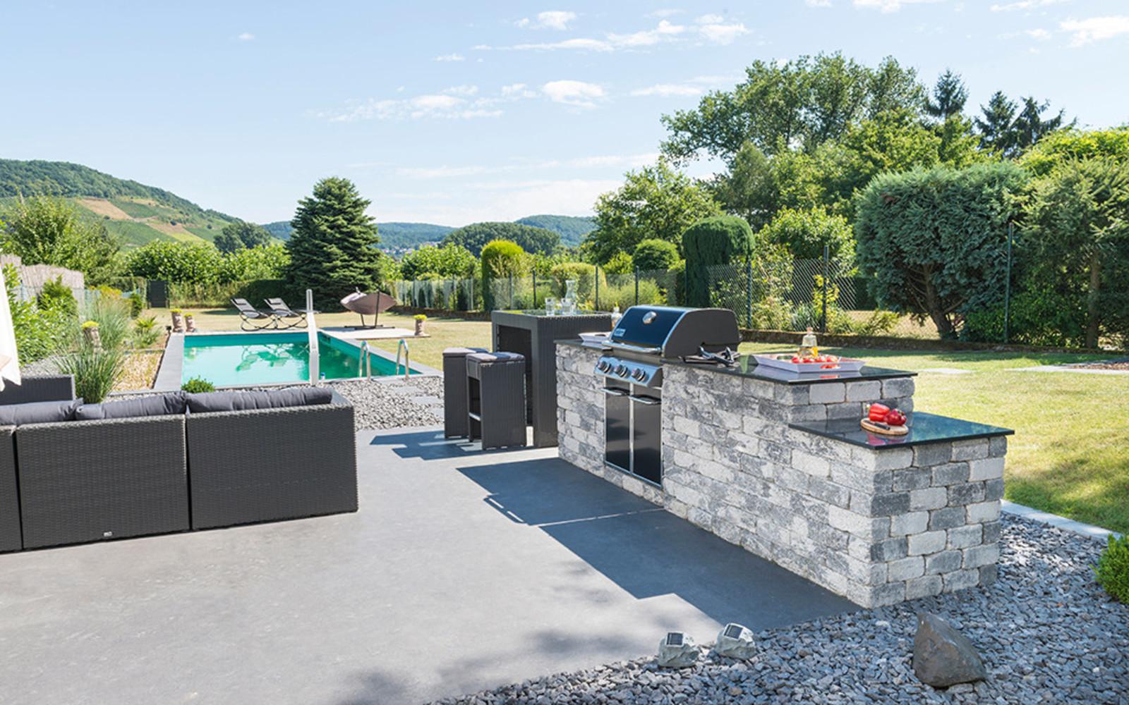 Garten mit Pool und Outdoorkitchen