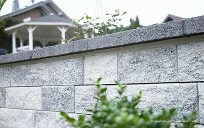 Bossamino Gartenmauer grau-anthrazit mit Abdeckplatte