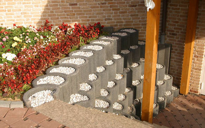 Pflanzringe mit Stein gefüllt