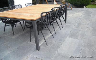 Terrasse mit Pflastersteinen im Großformat grau