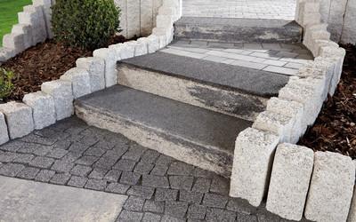 Treppe mit unregelmäßig gebrochener Kante