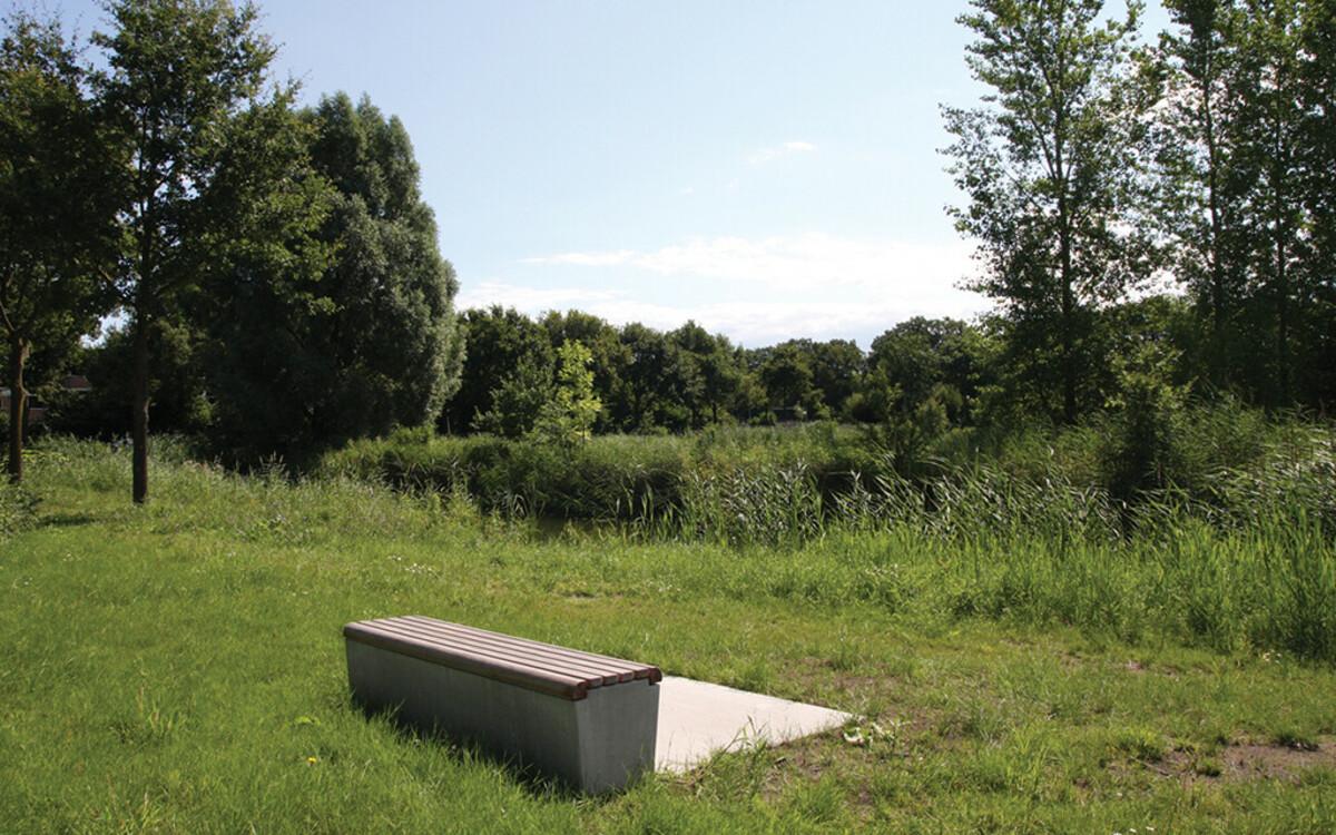 Alleinstehende Sitzbank Beton mit Holz