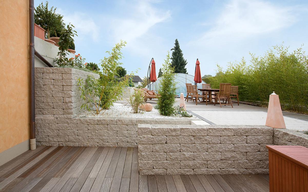 Holzterrasse mit BossAntik Mauer in sandstein