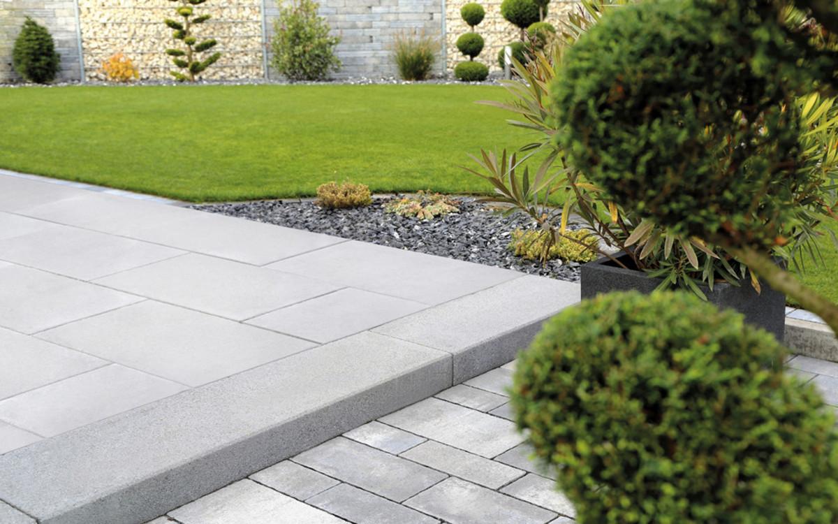 Gartenterrasse grau mit Stufe