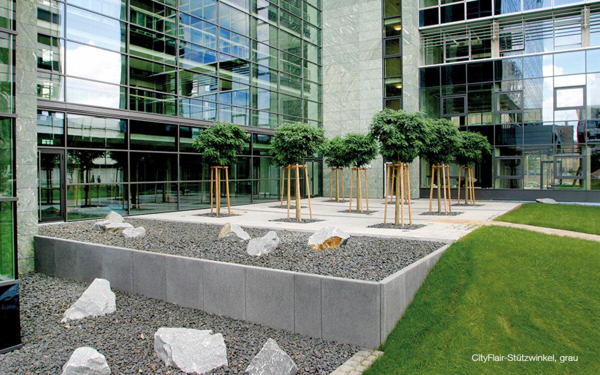 Innenhof Bürokomplex Stützwinkel zum Höhenausgleich