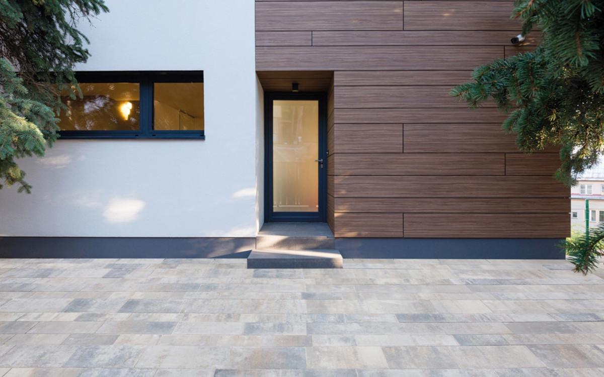 Eingangstür modernes Pflaster muschelkalk