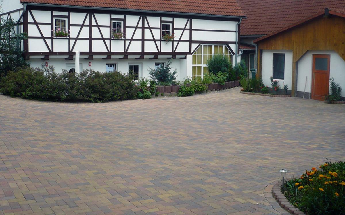 Fachwerkhaus Hof bunt gepflastert