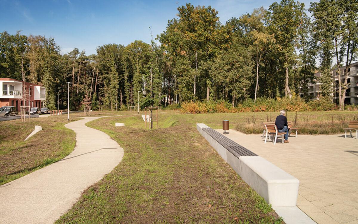 Parkbank ohne Rückenlehne mit Holzsitz