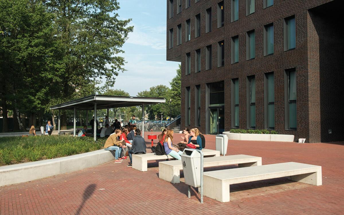 Sitzbänke Beton Schulhof