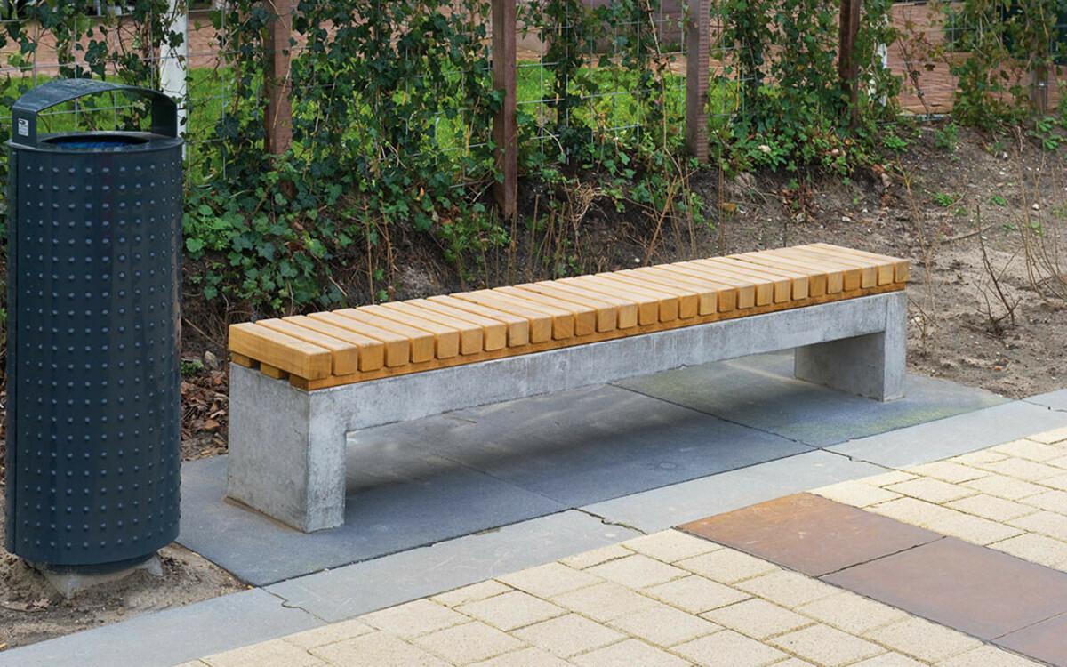 Parkbank mit Holzsitzfläche