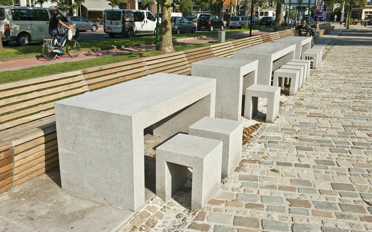 Parktische mit Hockern aus Beton und Holzsitzbank