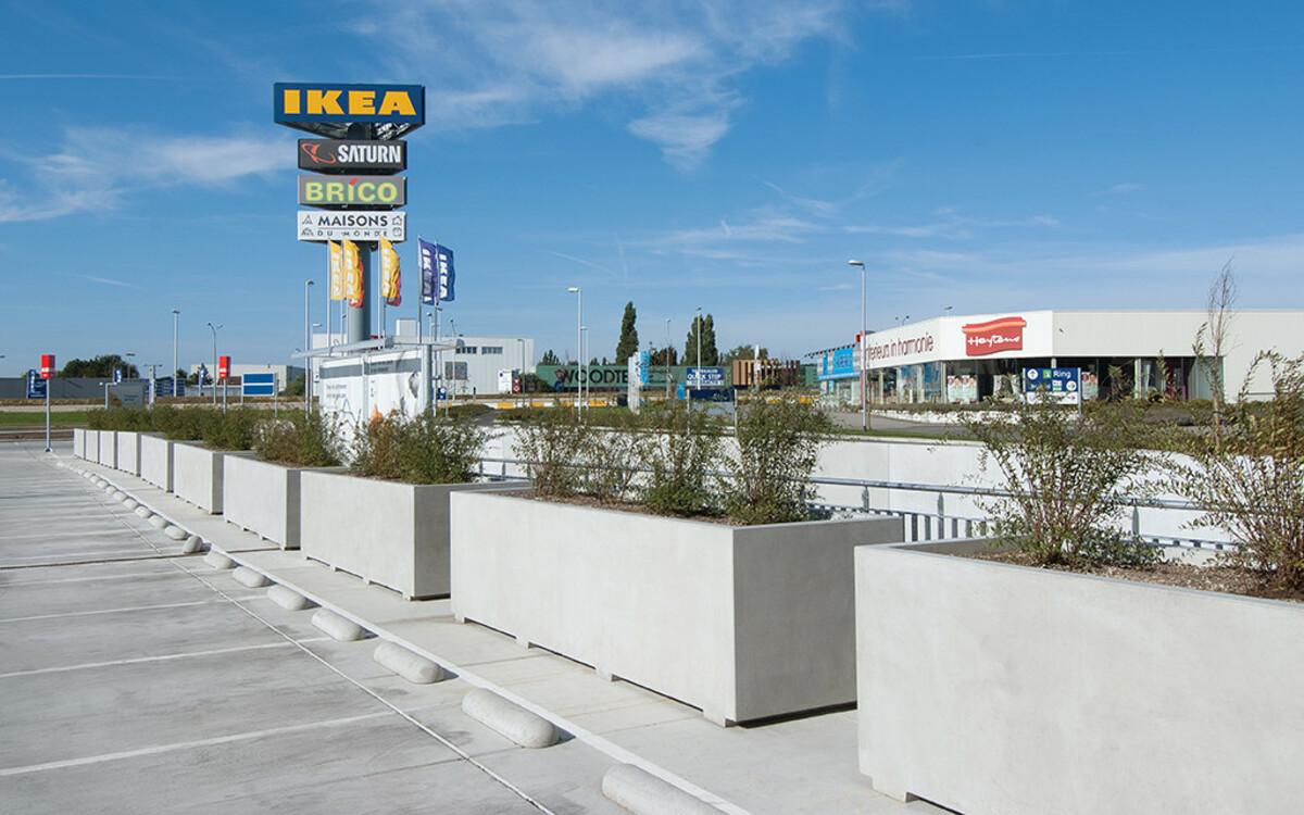 Blumenkästen vor Ikea aus Beton