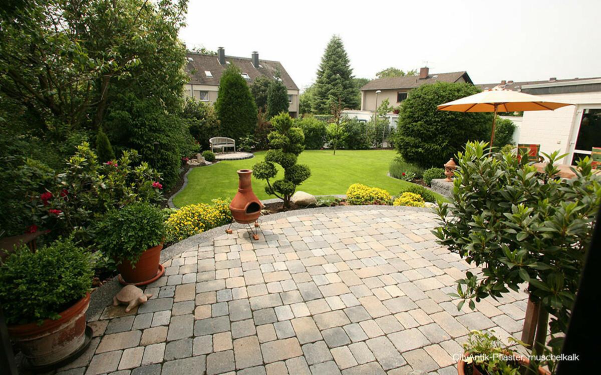 Terrasse mit Pflastersteinen antik muschelkalk
