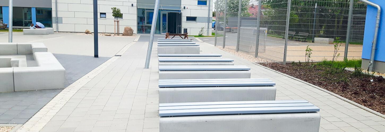 Schulhof Sitzbänke Beton