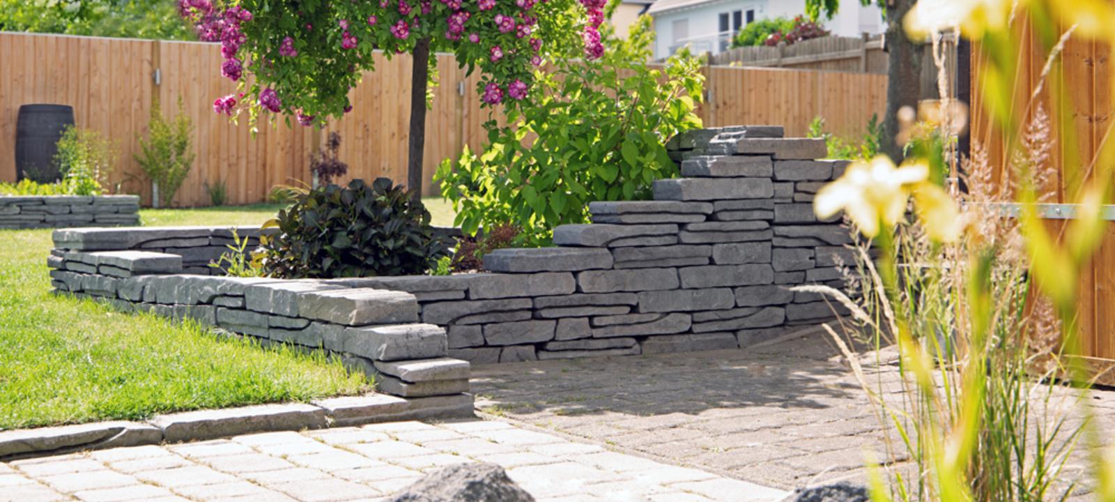 Trockenmauer aus Betonsteinen