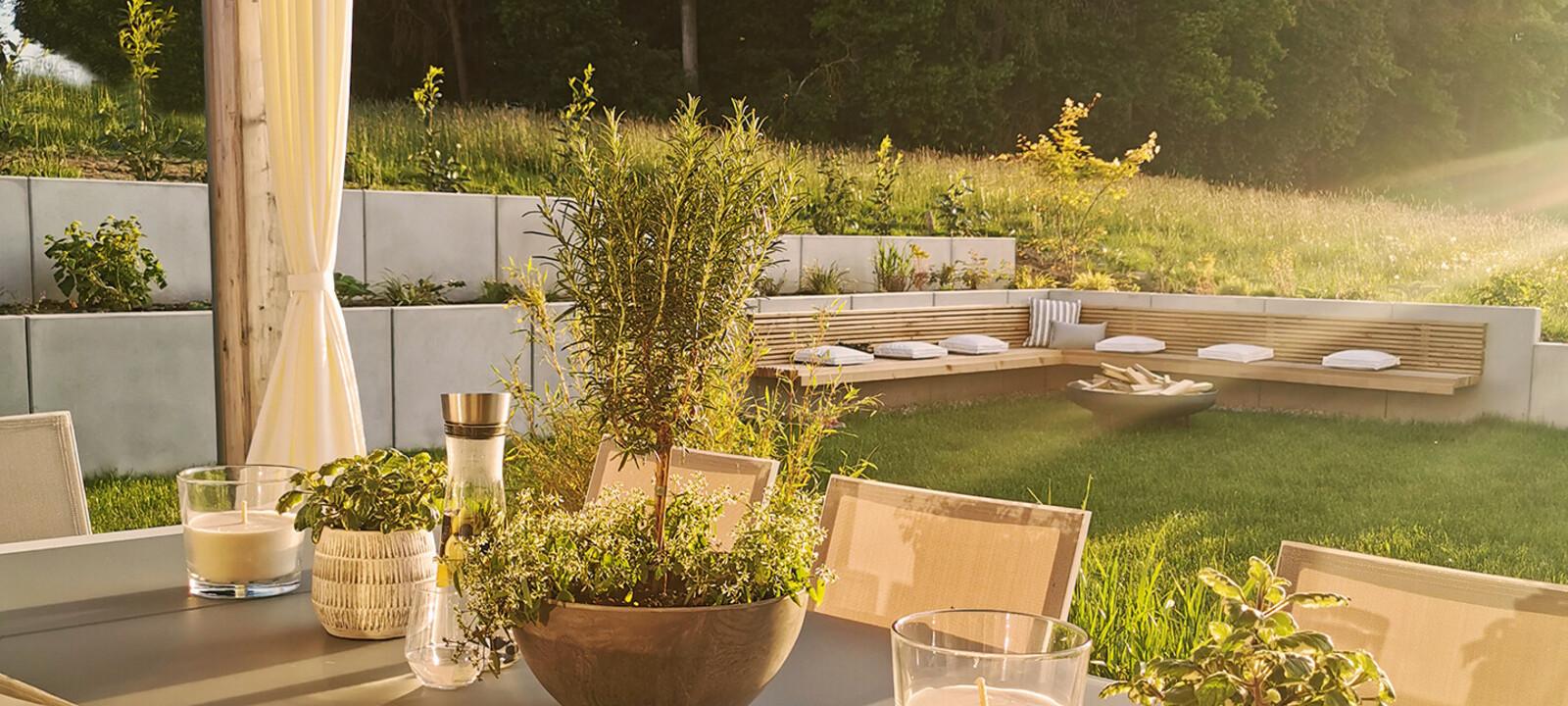 Sitzecke Garten Stützwinkel mit Holzsitzen