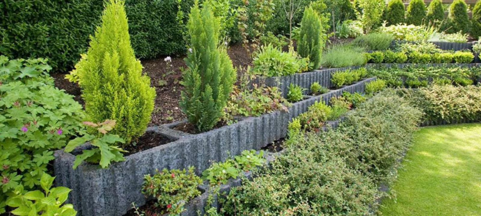 Mauer mit bepflanzbaren Betonsteinen
