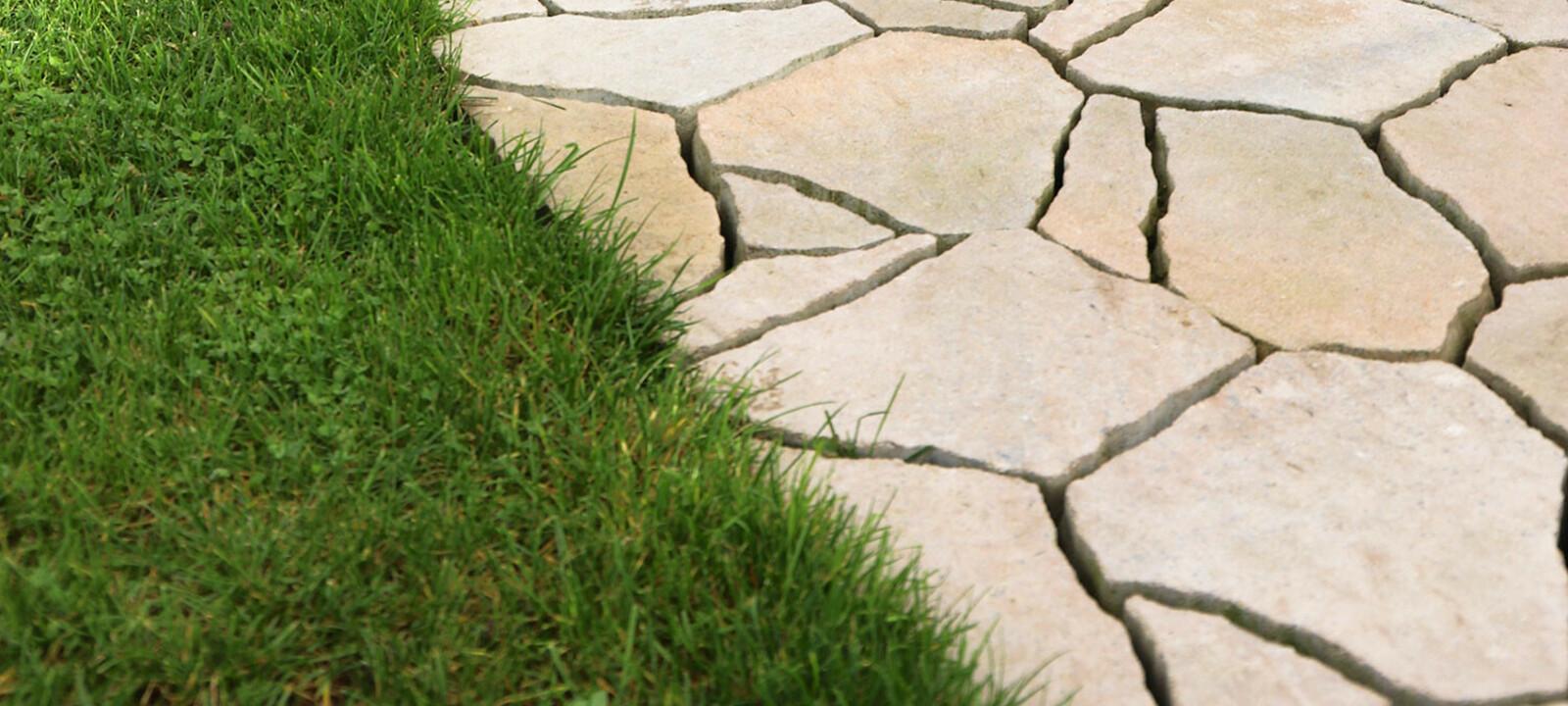 Poligono Naturale Pflaster neben Rasen